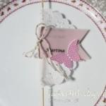 Platzkarte mit Namen  in Kirschblüte , schmetterling in Rosenrot